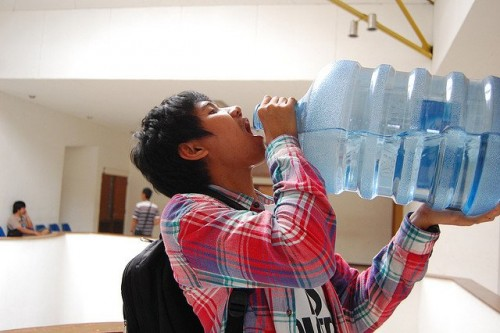Foto 6 Efek Minum Air Putih Berlebihan dan Ciri Tubuh Kelebihan Air