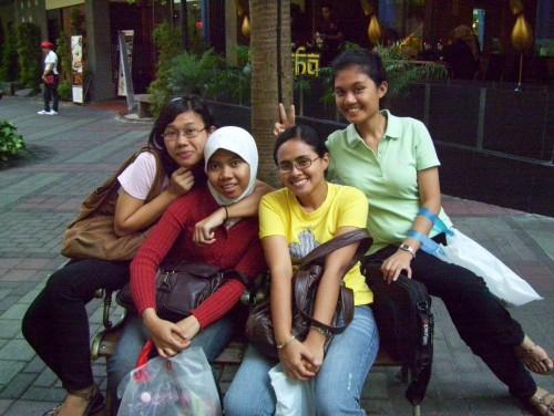 Foto Bukan Cuma Bahagia, Punya Banyak Teman Bisa Perpanjang Usia