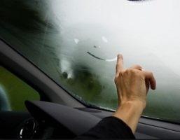 cover Tips Agar Kaca Mobil Tidak Berembun Ketika Hujan