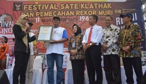 cover Fapet UGM Pecahkan Rekor MURI Makan Sate Klathak Kategori Tusuk Terbanyak
